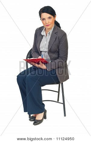 Business-Frau auf Stuhl Notizen