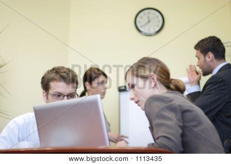Empresarios que trabajan en la oficina