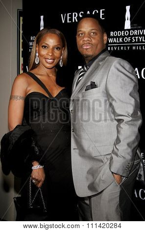 Mary J. Blige and Kendu Isaacs attend the Rodeo Drive Walk Of Style Award honoring Gianni and Donatella Versace held at the Beverly Hills City Hall in Beverly Hills, California on February 8, 2007.