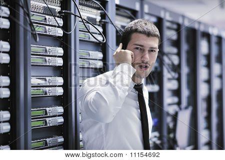 Es Ingeniero hablando por teléfono en la habitación de la red