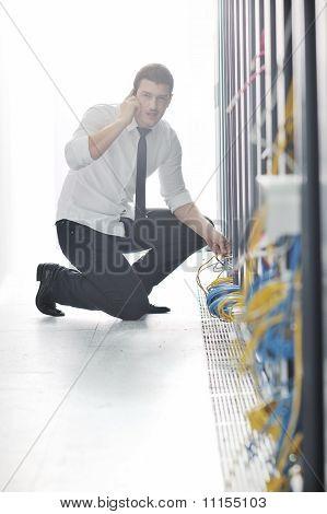 Es Engeneer sprechen per Telefon unter Netzwerk Zimmer