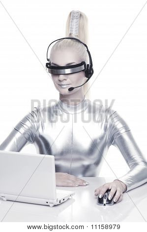Beautiful Cyber Woman, die Arbeiten an ihrem laptop