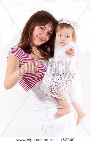 Mutter und Tochter zeigen