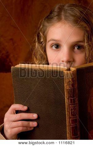 Schule Mädchen überrascht betrachten Buch zu lesen