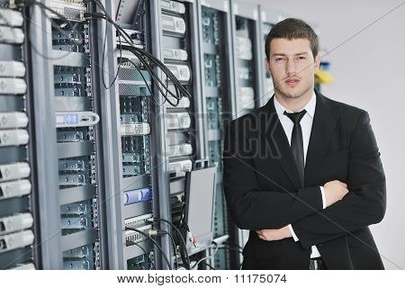 Joven ingeniero en Datacenter Server Room