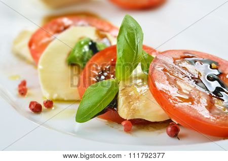 Fine salad of tomato and mozzarella
