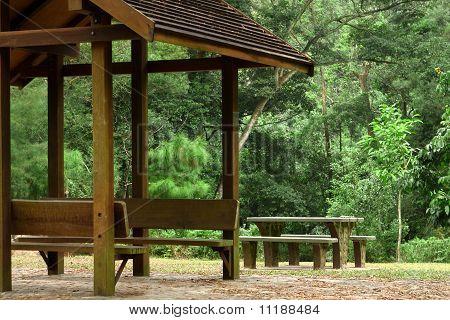 Pavillon und Picknick-Tisch