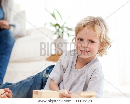 Süße Kind spielen mit Dominoes im Wohnzimmer