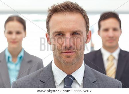 Ernst Manager posieren vor seine zwei Mitarbeiter