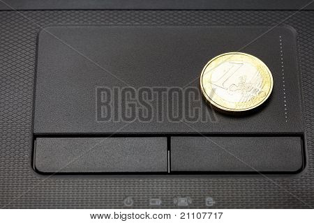 Laptop-Tastatur und Münze Euro