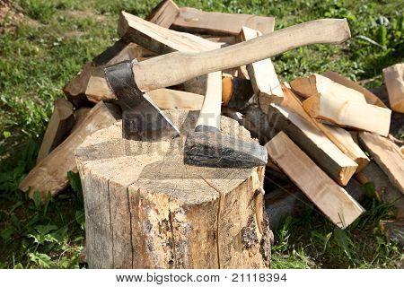 Machado rachar o martelo e corte de lenha