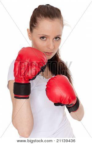 Mujer joven en la lucha contra los guantes