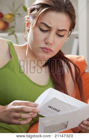 Mujer que sostiene la envolvente de la factura