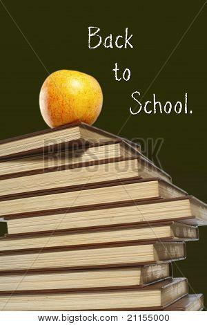 Apple sobre la pila de libros