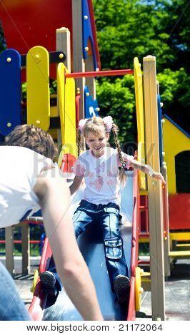 Daddy mit Tochter im Park auf Hügel. glückliche Familie.
