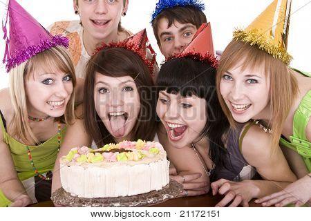 Grupo de adolescentes celebran el cumpleaños feliz. Aislado.