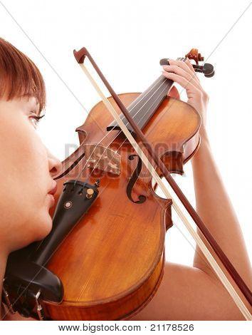 Aggressive junge Mädchen mit Geige. Isoliert.
