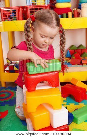 Niña jugando bloque y construcción en preescolar.