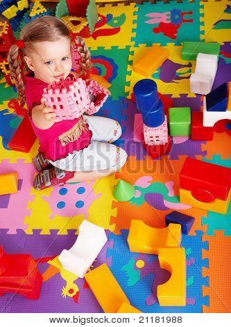 Niña jugando bloque y construcción se encuentra en casa.
