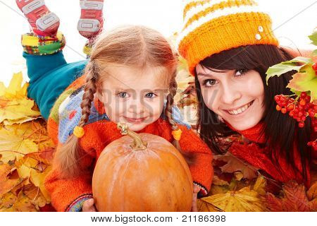 Família feliz com abóbora no Outono folhas. Ao ar livre.