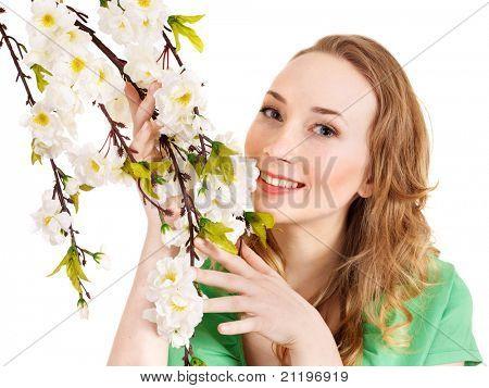 Schönes Mädchen mit Frühlingsblume. Isoliert.