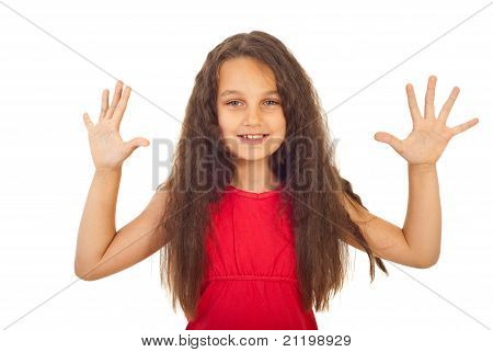 Menina feliz apresentando dez dedos