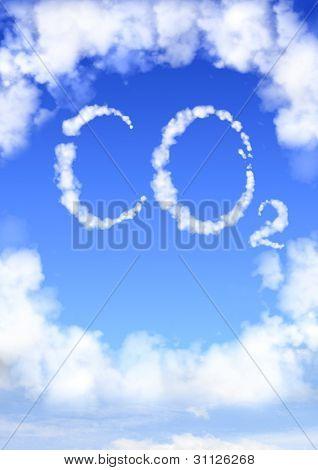 Símbolo CO2 de nubes en el cielo azul