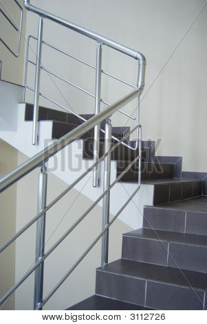 Gehäuse mit metallischen Treppe Geländer