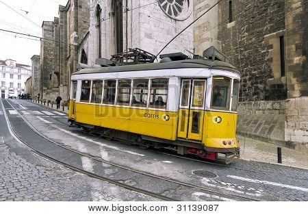 Tranvía de Lisboa amarillo 28