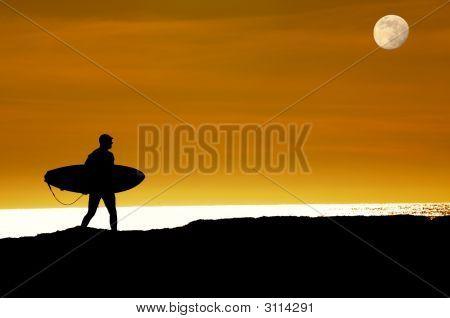 Surfer caminando sobre acantilados al último paseo