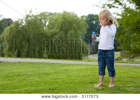 Soplando burbujas en el Parque