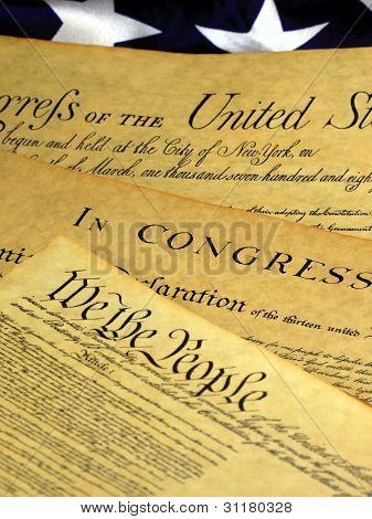 Constituição dos Estados Unidos e a bandeira americana, nós o povo...