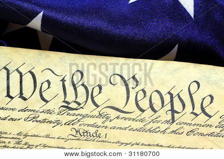 Verfassung der Vereinigten Staaten und die US-amerikanische Flagge, wir die Menschen...