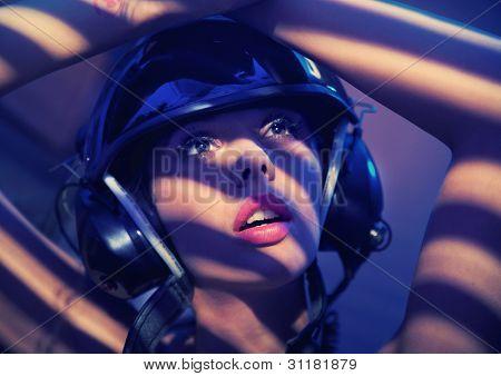 Portrait einer Frau im Helm