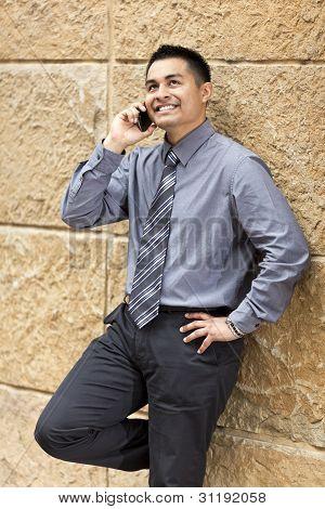 Empresário hispânico - encostado na parede