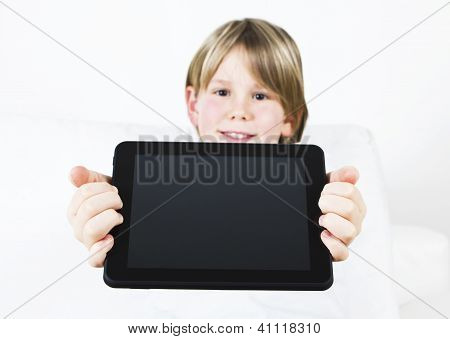 Retrato de un niño lindo con Tablet