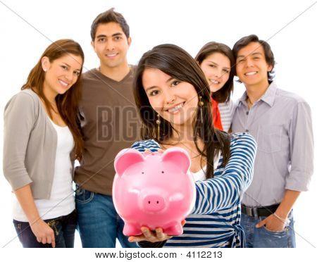 Grupo de personas con una alcancía