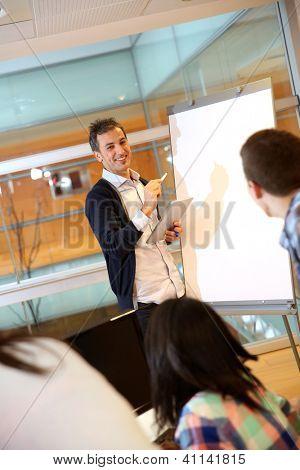 Professor no laboratório fazendo apresentação no quadro