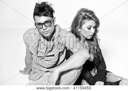 Sexy, homem e mulher fazendo uma sessão de fotos de moda em um estúdio profissional - Bw Retro humor