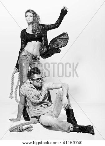 Sexy, homem e mulher fazendo uma sessão de fotos de moda em um estúdio profissional