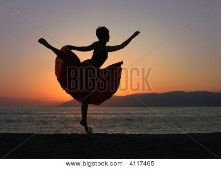 Mulher dança na praia
