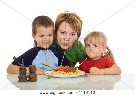 Smiley-Familie Essen pasta