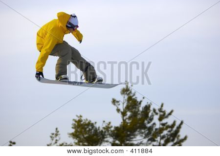 Snowboarder_yel_sky