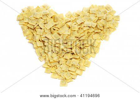 ein Haufen von Tortellini bilden ein Herz auf weißem Hintergrund