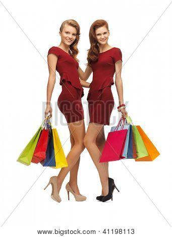 imagens de dois adolescentes em vestidos vermelhos com sacos de compras