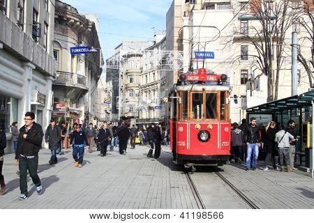 Tranvía rojo vintage en Istiklal cuadrado