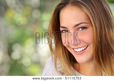Mulher bonita com A branquear o sorriso perfeito