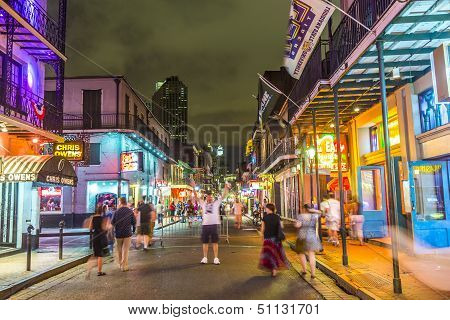 Gente en el movimiento en la calle Burbon At Night In The French Quarter