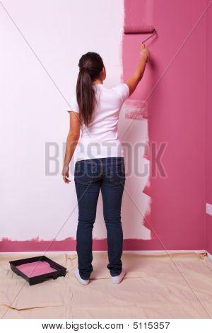 Frau Malerei eine Wand hinten anzeigen