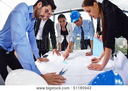 Business-Menschen-Gruppe treffen und Präsentation in hellen modernen Büro mit Bau-KLI